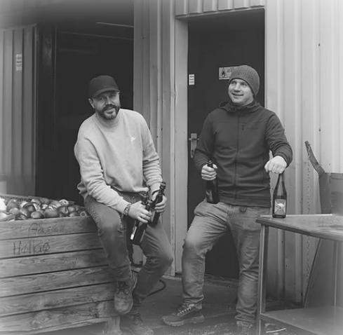 Portrett av Hans Olav og Morten som driver Sideriet.